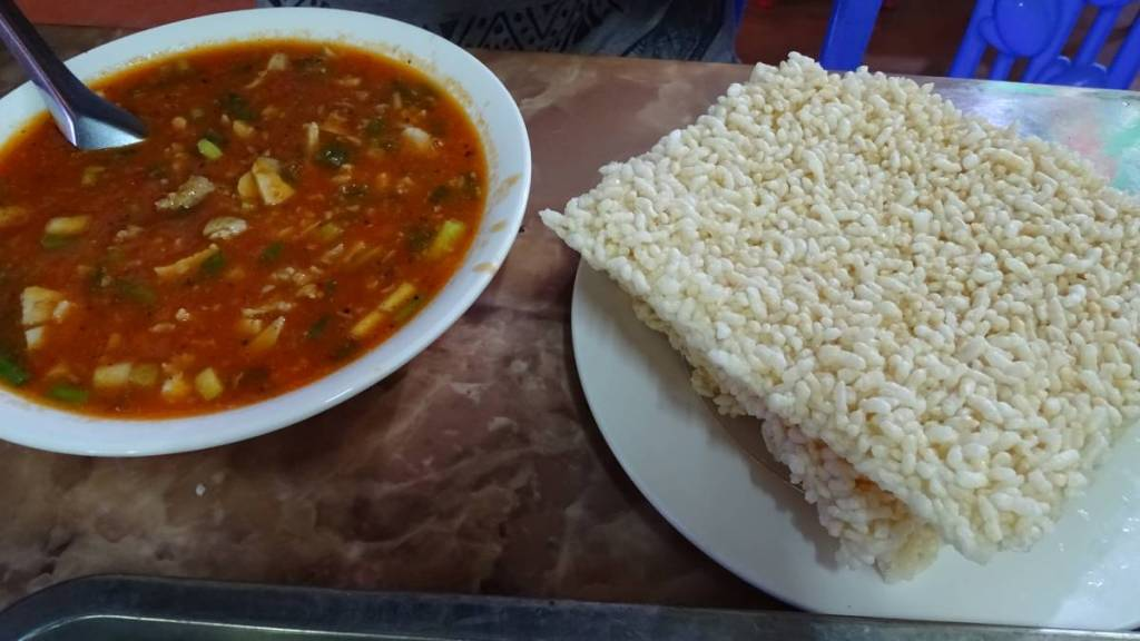 A block of puffed rice and a stew served at a restaurant in Ninh Binh