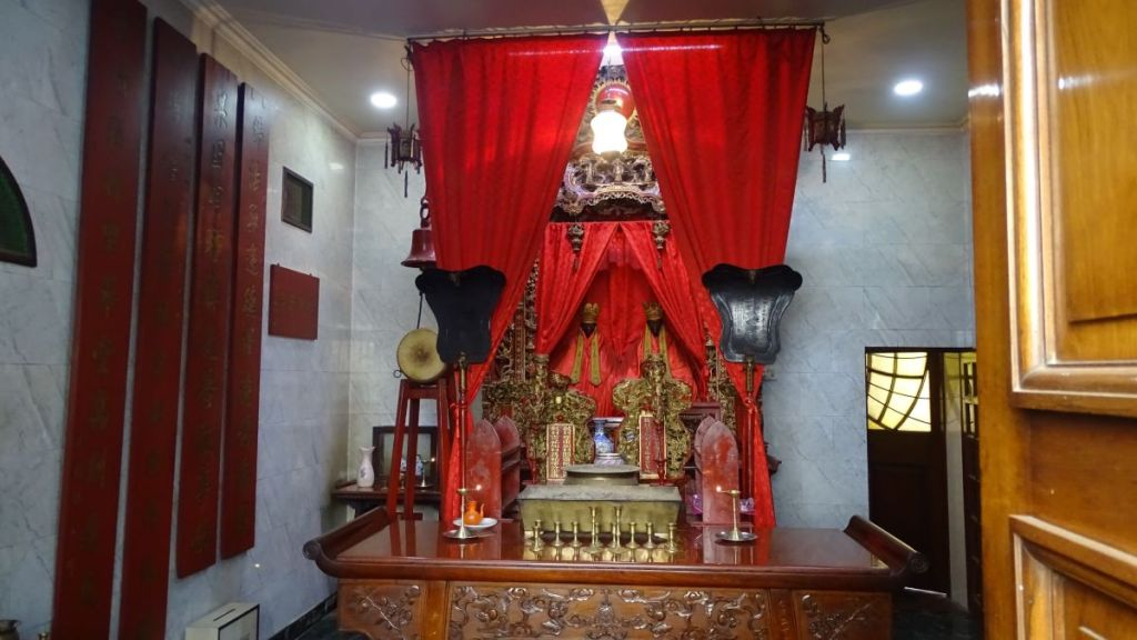 A small altar at a Sea Voi Yune Leong Futh Chinese Temple in Kolkata