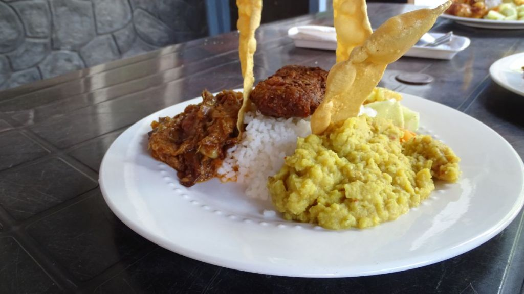 Rice with cooked lentils, vegetable curry, deep fried patty and crispy poppadoms served in a cheap Sri Lankan restaurant