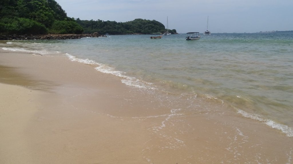 Jungle Beach in Unawatuna: calm, crystal-clear water, tiny stretch of sand and lots of greenery around it
